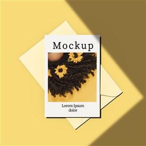 黄色背景带信封和阴影的卡片贴图样机