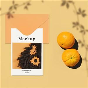 带有信封柑橘和阴影的卡片贴图样机
