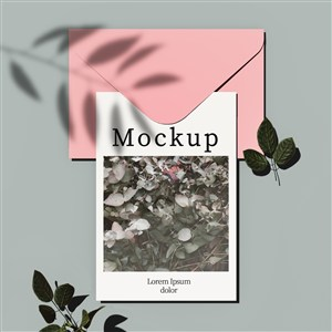 带信封和叶子的卡片贴图样机