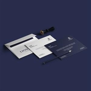 蓝色和白色的信封贴图样机