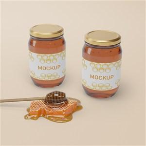 蜂巢旁邊的兩瓶橢圓形密封玻璃瓶蜂蜜包裝貼圖樣機