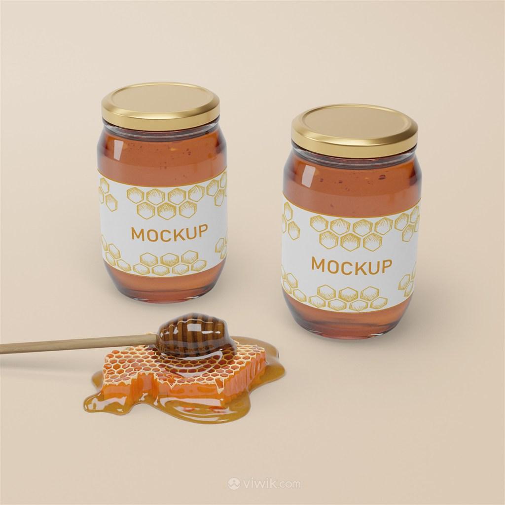 蜂巢旁边的两瓶椭圆形密封玻璃瓶蜂蜜包装贴图样机