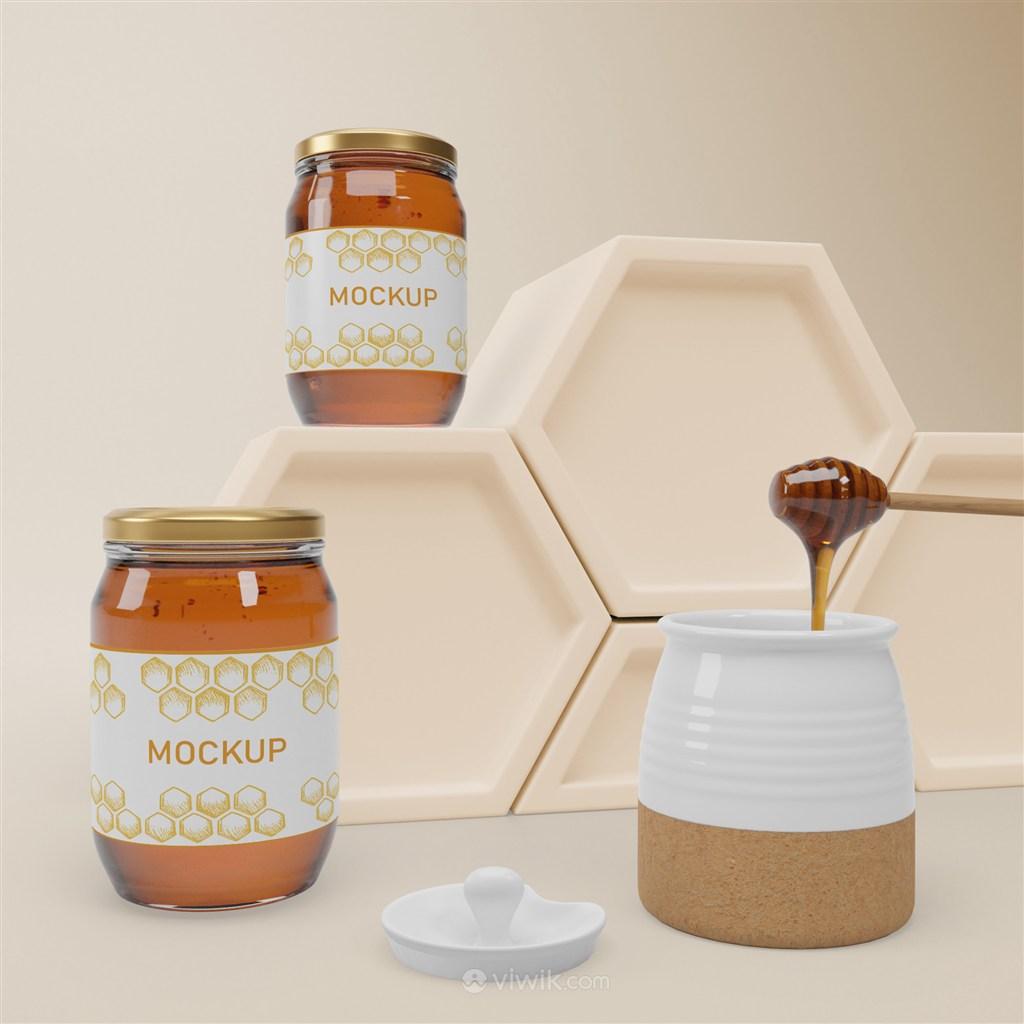 六边形展台装满蜂蜜的陶瓷罐和两瓶密封玻璃瓶蜂蜜包装贴图样机