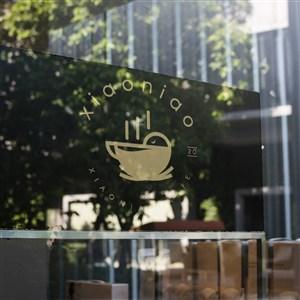 咖啡厅玻璃上的logo贴图样机