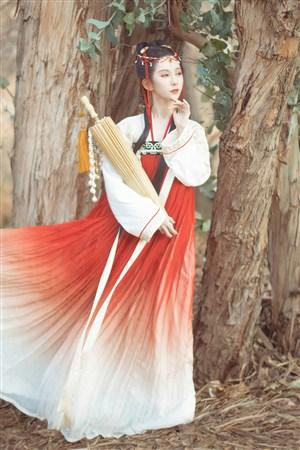 右手环抱油纸伞一脸忧郁的古装汉服美女图片