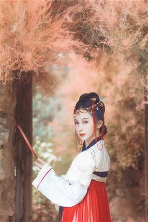 秋季户外摄影的古装汉服美女图片