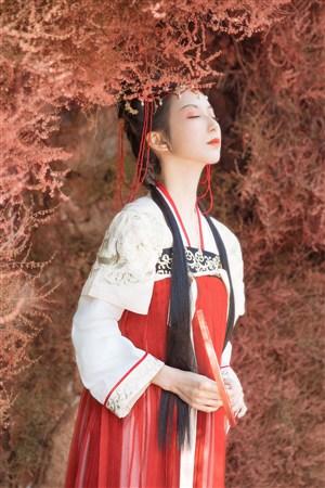 闭眼感受世间的古装汉服美女图片