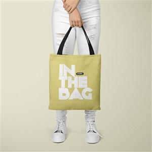 手拿黄色环保购物袋贴图样机
