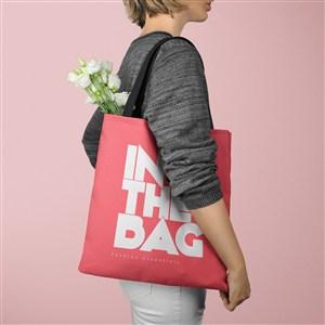 装着鲜花的红色环保购物袋贴图样机