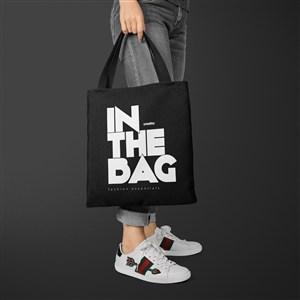 手拿黑色环保购物袋贴图样机