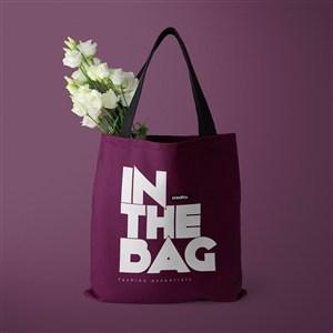装着白色鲜花的环保购物袋贴图样机