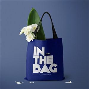 装了鲜花的蓝色环保购物袋贴图样机