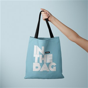 手拿蓝色环保购物袋贴图样机